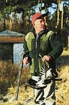 """Med åteln ett hagelhåll från boden skjuter Gösta Johansson de flesta kråkorna med hagel. Men """"salongaren"""" finns med för de längre hållen."""