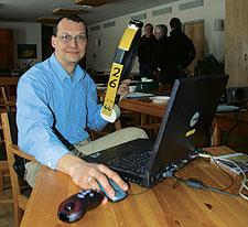 Landskapsekolog Holger Dettki visar upp halsbandet som under ett år kommer att skicka viktig information direkt till datorerna på SLU i Umeå.