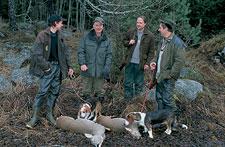 Johan Lindström är en 18-årig jägare. För honom är jakten med de egna drevrarna det största intresset.  Nu har han till och med två drevrar och JJ följer med på en jakttur. Det är inte vilka hundar som helst. Med sin äldre drever, SUCH Skogsdalens Anja, blev Johan klubbmästare inom Upplands Dreverklubb 2002.