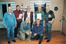Deltagarna i panelen vid mötet var överst från vänster Björn Sinders, Karl-Erik Eriksson, Malte Sandström, Conny Björklund och Hans Ruste. Knästående från vänster är Nils Björklund och Mats Smids.
