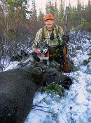 Staffan Yngvesson och Rakko tillsammans vid kalven efter den lyckade jakten.