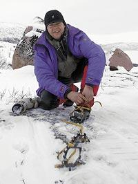 Ingemar Stöckel van fjäll- och vorstehjägare, från Jukkasjärvi, spänner på sig stegjärnen inför en jaktdag i fjällbranterna.