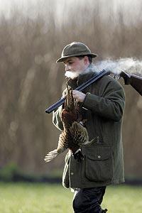 Enligt jakttraditionen bärs fasanen i benen, men jaktledaren Anders Bach gör ett undantag medan cigarettröken löses upp i den kyliga luften. Nästa så ska planeras....