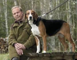 Eero Säppe med sin finska mästarhund Björkallens Jysky som blev första svenska hund att besegra den finska eliten och ta en inteckning i den åtråvärda Jahti Kallen Malja-pokalen