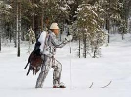 Toppjakt efter tjäder innebär ofta mycket skidåkning och få skottillfällen. När jaktlyckan vänder är slitet i djup snö ett minne blott. Kvar finns endast sann jaktglädje.