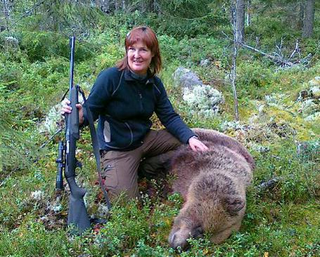 Anna-Lena Björkman, Linghed, fällde i går sin första björn, en hona på cirka 100 kilo. Foto: Jan Björkman