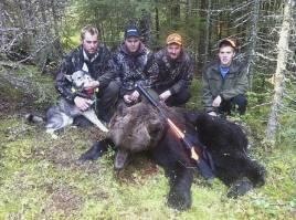 Fait fixade björnen. Från vänster hundägaren och skytten David Lodin, Alexander Göransson, Emil Dahl och Patrik Lodin