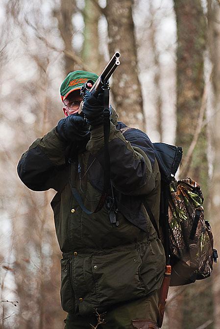 Ett rådjur dyker upp på Pelles pass. Han avlossar ett hagelskott mot djuret som indikerar träff men går vidare.