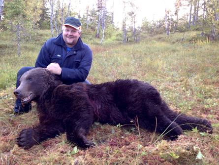 Först fällde Stefan Nyberg en älgkviga, en stund senare sköt han också en björn på samma pass. Foto: Dagh Bakka.