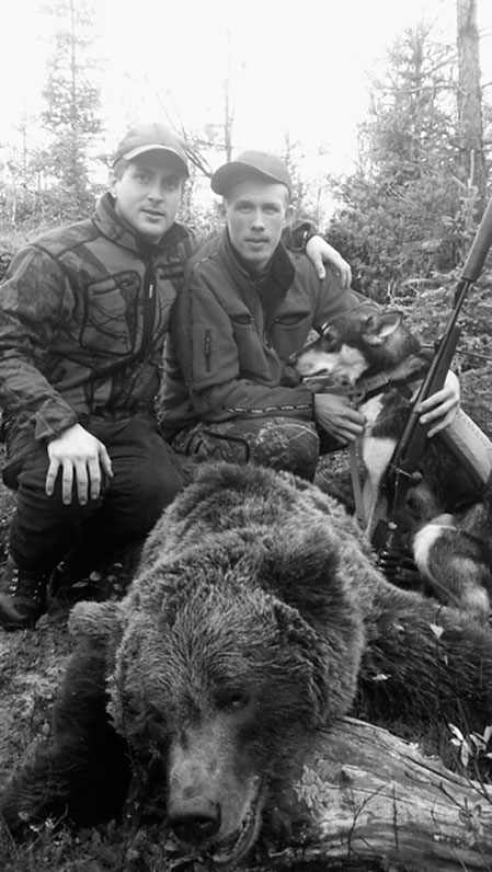 Skytten Robin Strömqvist, Ramsele, tillsammans med Robert Salomonsson som kunde räkna in den tionde björnen i höst för sina hundar.