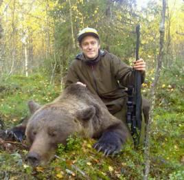 Jonas Fjellner med den stora björnhanen som han fällde i går utanför Sorsele.