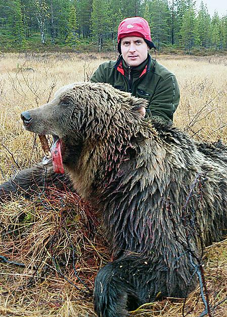Robert Salomonsson med den femtonde björnen som fällts för hans hundar i höst