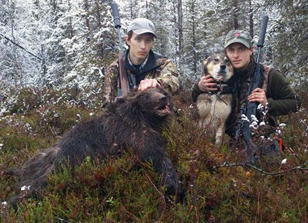 Jim Andersson och Robert Salomonsson med höstens sjuttonde och sista björn.
