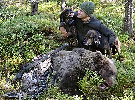 Niklas Friberg med hundarna Earl och Trassel