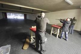 Flera skyttar att skjuta samtidigt i den nya stora skytteanläggningen i Staffanstorp. Foto: Max Steinar