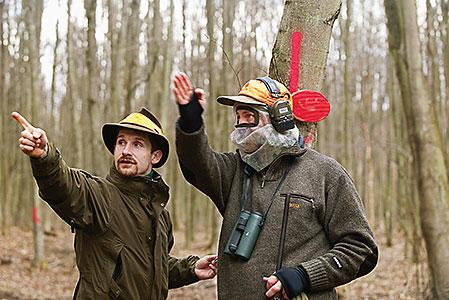 Jan Halberg får detaljerade kunskaper om från vilket håll viltet kommer och vilka skjutriktningar som gäller.