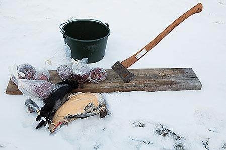 Det krävs bara enkla redskap för att göra en effektiv hinkåtel. Råvarorna kan variera, här är det de äldsta påsarna som hittats vid en avfrostning av frysen samt lite överblivet apporteringsvilt.