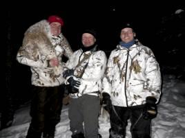 Efter en våghalsig klättring i den höga tallen bärgades lon. Från v, Robert Salomonsson, Paul-Anders Fjellström och trädklättraren Neila Fjellström Vilhelmina Norra sameby.