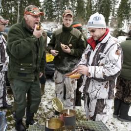 Ingen storjakt utan korvgrillning. Arne och Mikael Nilsson tillsammans med Jan Olof Karlsson hugger in på var sin korv.