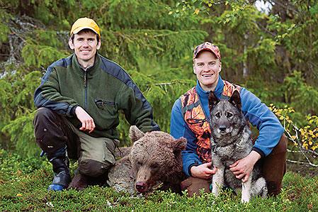 Nilos andra björn för hösten fälldes av Mats Svahn, till vänster, från Kyrkbergets jaktlag, norr om Storuman.