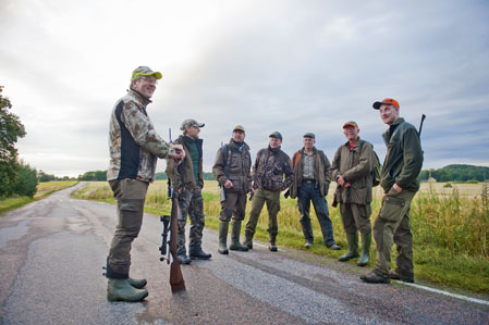 Nils-Erik Andersson går igenom kvällens jakt för de sex passkyttarna. Inga suggor är tillåtna men i övrigt är det fritt fram.
