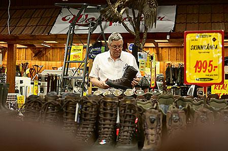 – Vår läderkänga som tillverkas i Italien har blivit en fullträff, dessutom luktar den så gott som en riktig läderkänga ska göra, berättar Karl-Göran Karlsson stolt.