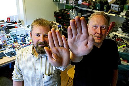 Stopp! Fredrik Lüdecke och Magnus Nyberg släpper inte in någon i den hemliga teknikverkstaden. Här testas och utvecklas nya produkter.