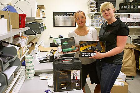 Linda Breime och Veronica Blomquist tar emot och skickar order som kommer via nätbutiken. Under högsäsong rör det sig om flera hundra order per dag.