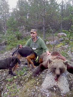Lari Mann fällde björnhonan efter en dryg timmes ståndarbete av plottiken Tuffy och unge schillerhannen Conny.