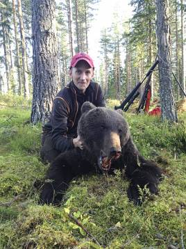 Efter en fullträff och tre klick och ett avfångningsskott fick Adam Jansson sin björn på morgonen.