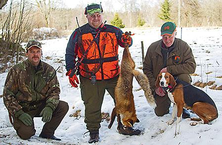 Tre av dagens jägare. Håkan Johansson, skytten Örjan Johansson och till höger, Kjell-Göran med Ebbarps Mirja.