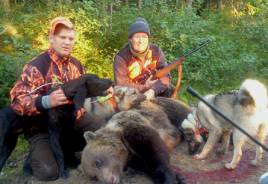 Morgonens björnjakt utanför Ramsjö slutade lyckligt. T v hundföraren Erik Söderlund, Letsbo med plotthunden Kato och gråhundarna Birk och Lovis. Samt den slutlige skytten Lennart Berglund, Ramsjö.