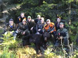 Hela jaktlaget i Anneberg samlades runt Markus Nilssons första björn.