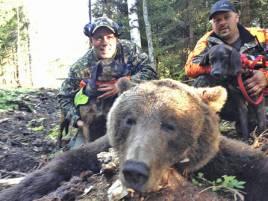 Per-Arne Åhlén sköt på morgonen sin efterlängtade björn, en hane på 115 kg. David Sundell, Alfta, t h.