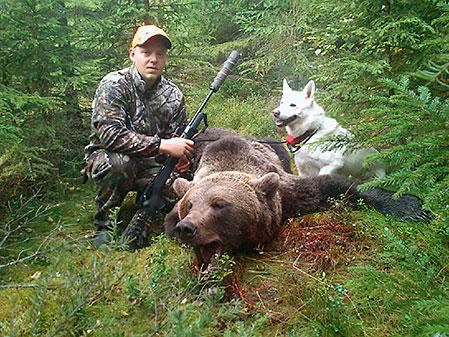 Jörgen Seijsing med vita jämthunden Bozz och deras andra björn för året