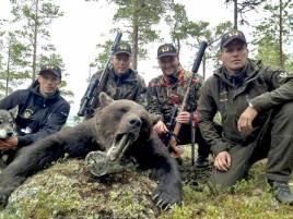 De norska gästjägarna har haft tre spännande björnjakter på tre dagar. Fr v hundföraren Robin Strömqvist, med Kita, samt skyttarna Axsel H Hembre och Paal Larsen, t h jaktledaren Fredrik Myhr.
