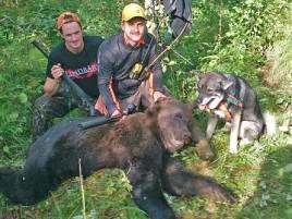 Jocke Lindberg, t v, var med framme på ståndet när Dennis Åkesson Fisk kunde skjuta björnen för sin jämte Stripe på förmiddagen.