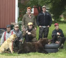 Jägarna i Lit som i går lyckades fälla en björn för Ponderforsens Eldar.