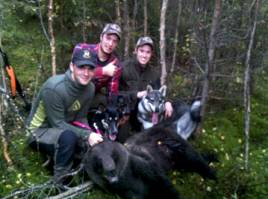 Stor glädje när första björnen sköts i onsdags. Fr v skytten Johan Jensen, Andreas och Markus Brandt, samt hundarna Bixi, Klint och Vilda.