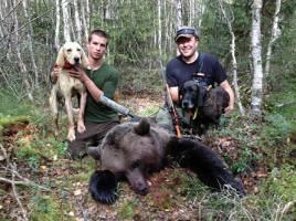 Efter mycket dramatik fälldes björnen till slut. Till vänster skytten Hjalmar Ulén, med Foss och Anders Bodin med Ruger.