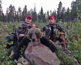 Norrmannen Remi Olsen,t h, har flyttat till Sverige för att jaga björn på heltid. Här med en björn som kompisen Stian Pettersson sköt för Remis Mack i fredags.
