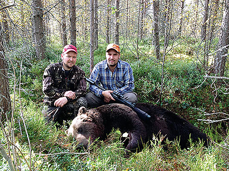 Tommy Östlund fick fälla en björn för Remis hundar under en jakt utanför Sveg i fjol.