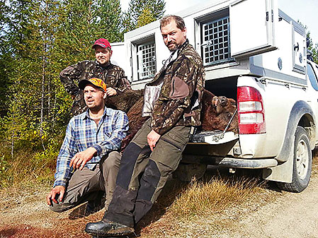 Remi Olsen, Rasmus Boström och Tommy Östlund under en björnjakt i Härjedalen förra året.