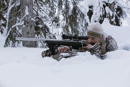Lars Lindgren skjuter med studsarens benstöd vilande på ryggsäcken.