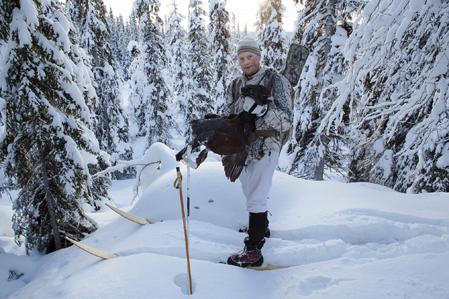 Det är årets sista jaktdag i det här området för Lars del och när tuppen är bärgad vänder han hemåt.