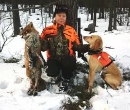 Maria Köhler, visar upp den 12,1 kg tunga hanräven. Plotthunden Piraya stod för ett gediget rävdrev. Foto: Niklas Köhler.