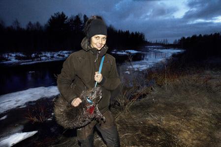 Mikaela Jonsson, Burträsk, på väg hem i vårnatten med sitt livs första bäver skjuten i Risån en mil väster om Burträsk.