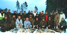 Lettiska vargjägare efter en lyckad jaktdag, sju vargar fälldes ur flocken på nio djur. Foto: Privat.