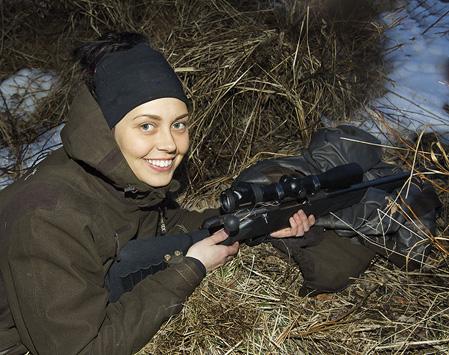 Snabbt, fokuserat och exakt kastade sig Mikaela ner i strandkanten och sköt sin bäver med ett skott. Glädjen går inte att ta miste på efter det lyckade skottet.