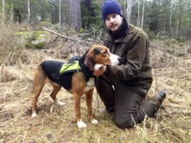 Vinnarhunden, Kilbackens Raju-Jocke tillsammans med ägaren Anton Engberg från Tingsryd. Foto: Ted Karlsson